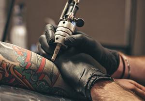 Можно ли употреблять алкоголь до и после нанесения татуировки?